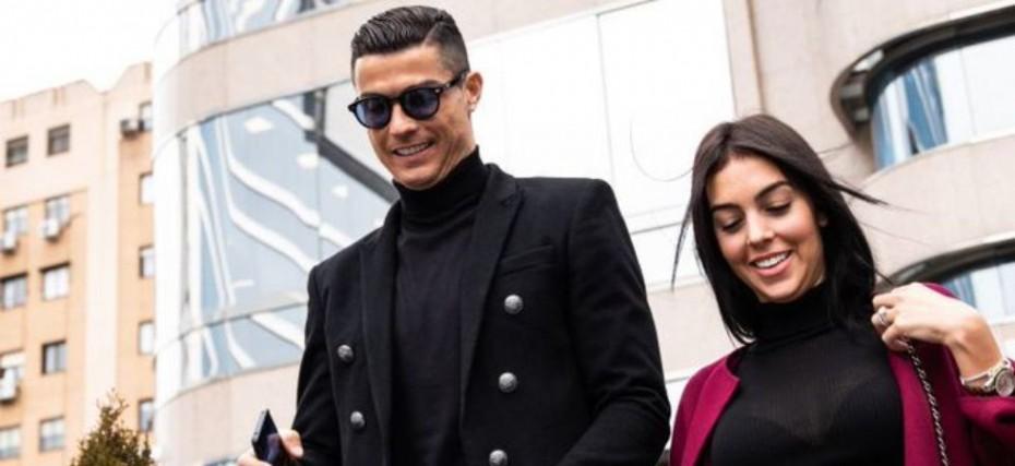 Cristiano Ronaldo Shares Passionate Kiss With Girlfriend Georgina Rodriguez View Pic News Nation English